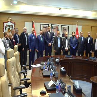الرزاز يشهد توقيع وزير العمل  لاتفاقيات انشاء مصانع لتشغيل أردنيين في صناعات الكرتون والألبسة والغذا